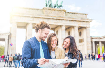 Freunde vor dem Brandenburger Tor - © william87/Fotolia.com