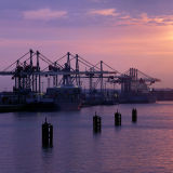 Sonnenuntergang am Hamburger Hafen - © Crocodile Images / 2016 Thinkstock.