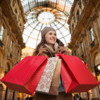 Frau in Mailand in der Galeria Vittorio Emanuele II in Mailand beim Shopping - © Central IT Alliance / 2016 Thinkstock.