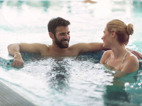Freunde oder Paar in Therme - © nd3000/Fotolia.com